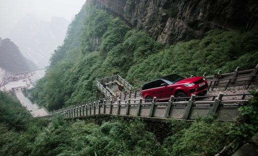 Гибридная версия Range Rover покорила лестницу из 999 ступеней