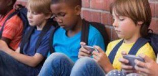 Британский политик предложил запретить мобильники в школах