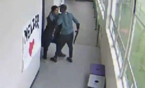 В школе в США учитель обезоружил ученика, обняв его