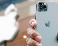 Apple снял ограничение на продажу двух іPhone в одни руки